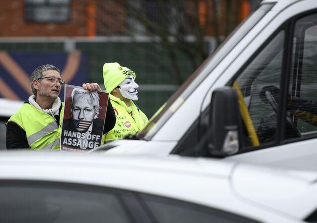Participantes de um comício de apoio a Julian Assange, fundador do Wikileaks, na Corte Real de Woolich, em Londres, 24 de fevereiro de 2020