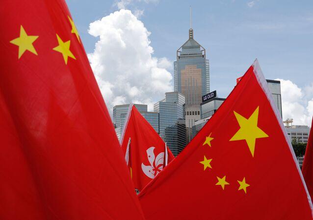 Bandeiras da China e Hong Kong erguidas em celebração de manifestantes apoiando a assinatura da lei de Segurança Nacional para Hong Kong