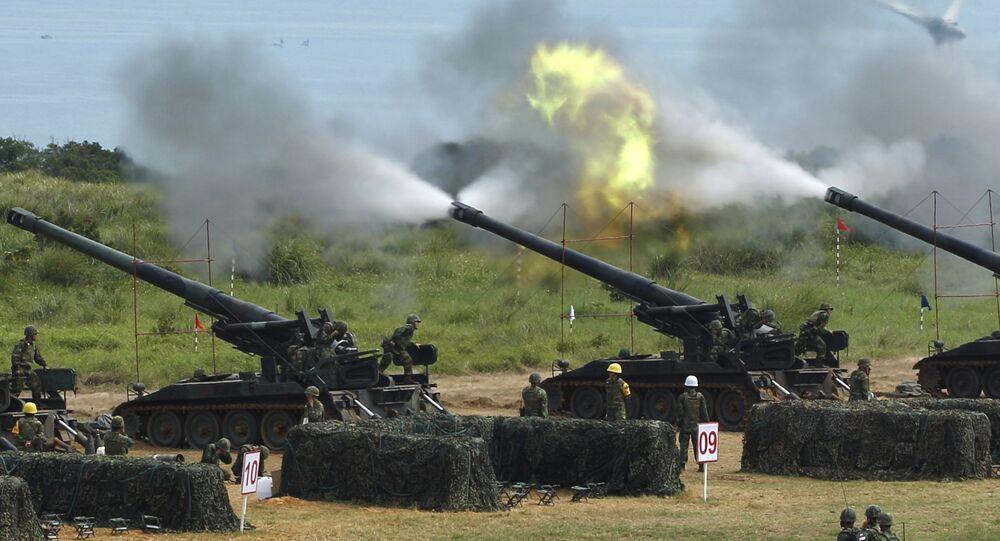 Tiros de artilharia em manobras militares do Exército de Taiwan