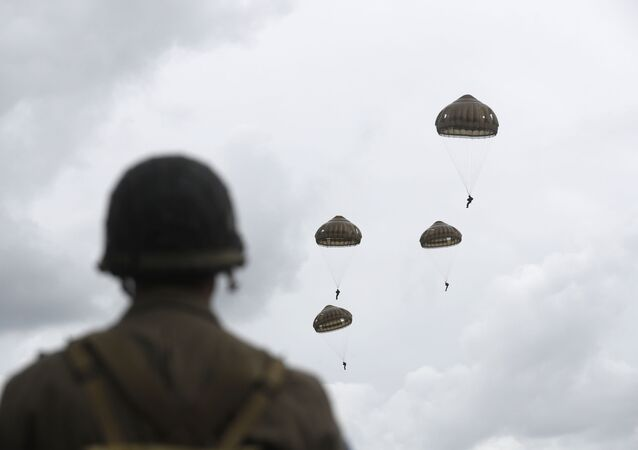 Paraquedistas franceses e britânicos realizam salto de paraquedas comemorativo sobre Sannerville, Normandia, 5 de junho de 2019