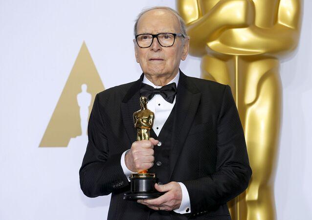 Compositor italiano Ennio Morricone posa durante premiação do Oscar 2016