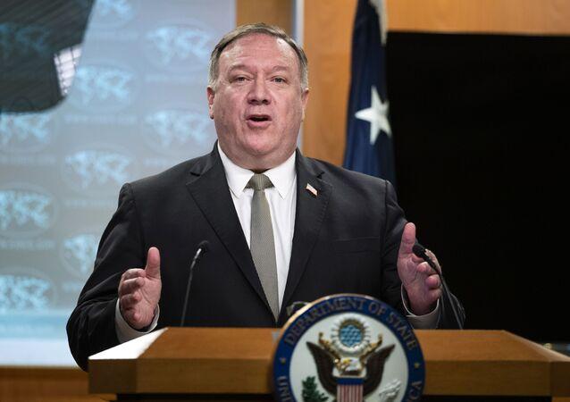 Secretário de Estado dos Estados Unidos, Mike Pompeo, fala com a imprensa em Washington
