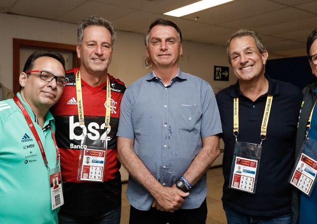 Presidente Jair Bolsonaro ao lado de Rodolfo Landim, presidente do Flamengo, em jogo em Brasília