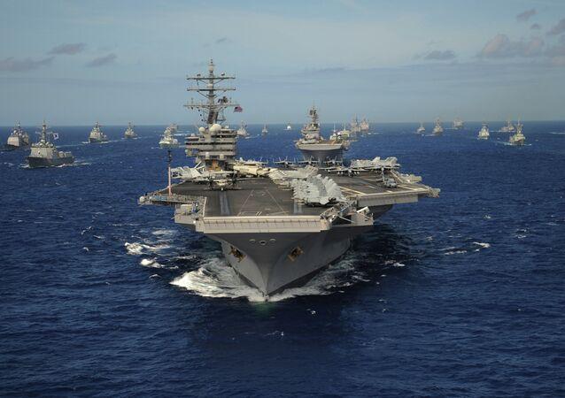 Porta-aviões da classe Nimitz USS Ronald Reagan durante exercícios navais no Pacífico (foto de arquivo)