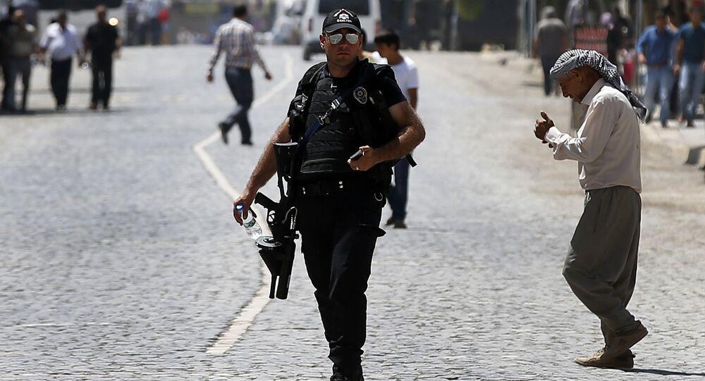 Policial turco patrulha uma rua perto do local da explosão da segunda-feira, em Suruc