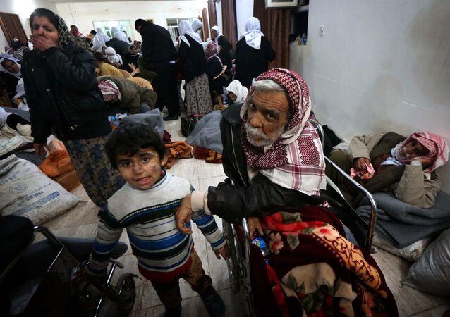 População a espera de atendimento médico em um hospital localizado entre as cidades iraquianas de Kirkuk e Arbil