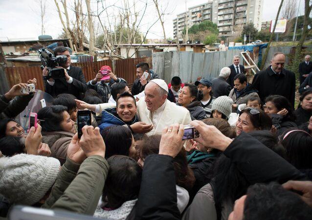Papa Francisco em visita a uma comunidade na periferia de Roma