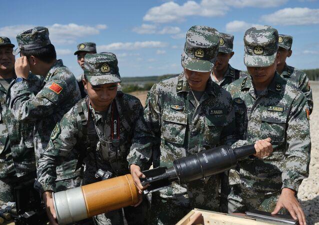 Militares chineses preparam-se para o biatlo de tanques