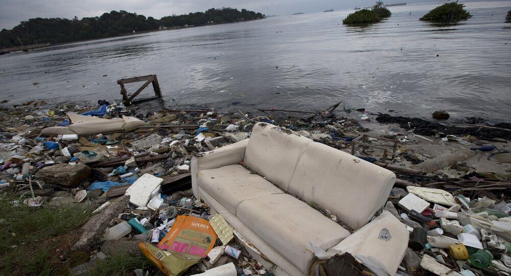 Sofá e lixo às margens da Baía de Guanabara, no Rio de Janeiro, Brasil. Em 1º de junho de 2015