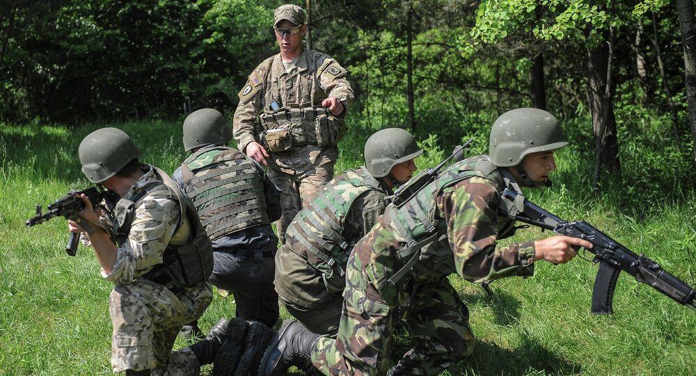 Soldados norte-americanos treinam militares ucranianos durante exercícios perto de Lvov