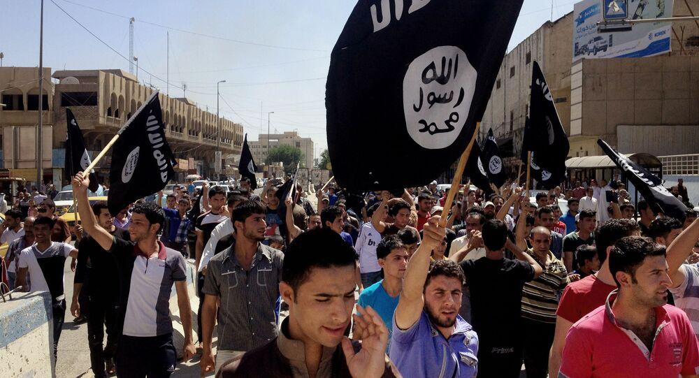 Simpatizantes realizam passeata em apoio ao Estado Islâmico em Mosul, no Iraque