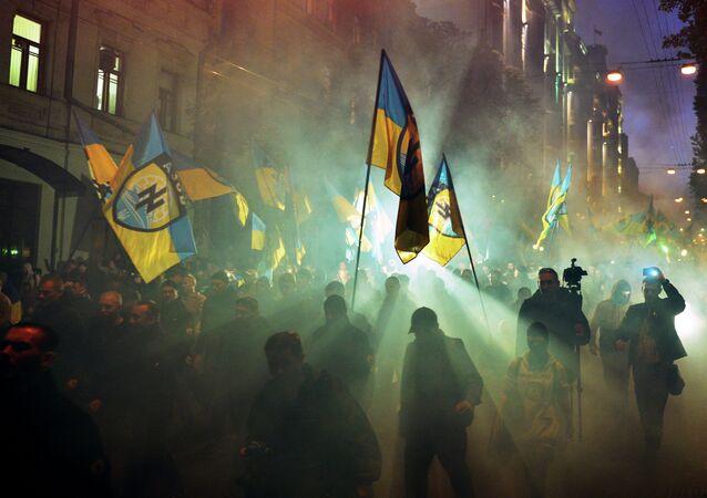 De acordo com a agência TT, diversos cidadãos suecos, incluindo representantes de grupos extremistas da direita, viajaram para a Ucrânia para combater ao lado das tropas de Kiev em Donetsk e Lugansk