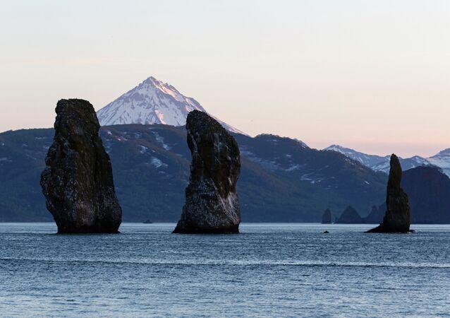 As montanhas Tri Brata (três irmãos) na Baía de Avacha em Kamchatka na Rússia.