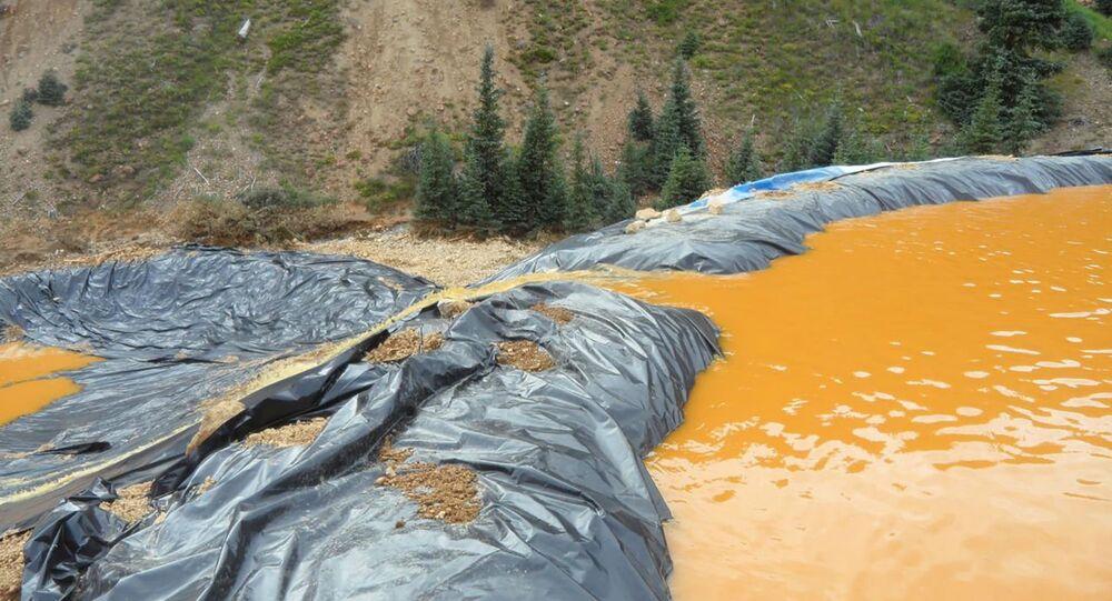 Rio no Colorado após vazamento de material tóxico.