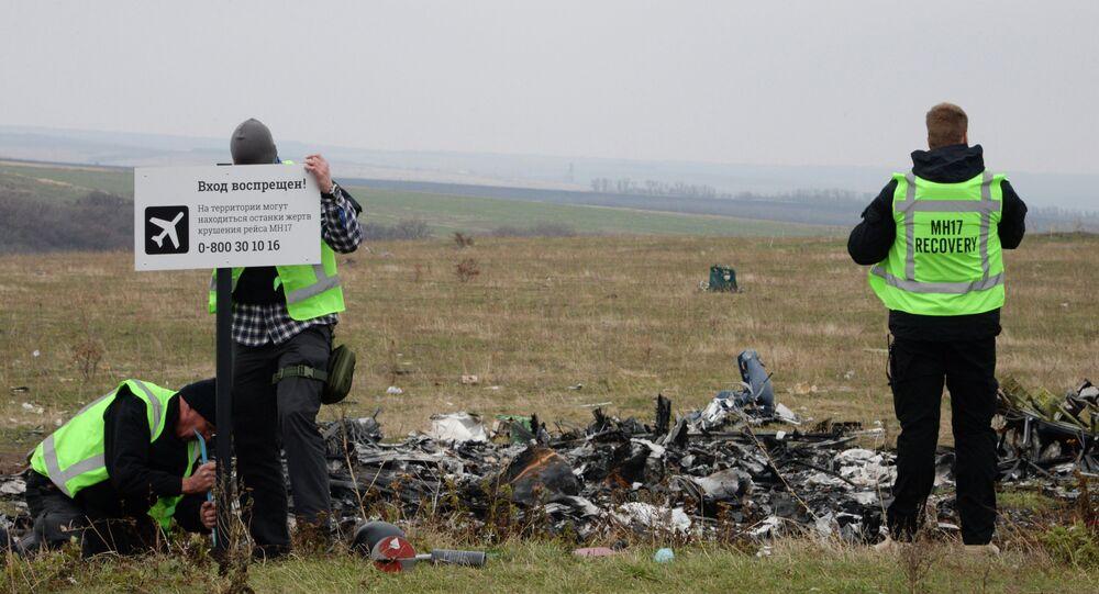 Investigadores internacionais trabalham no lugar do acidente do voo MH17