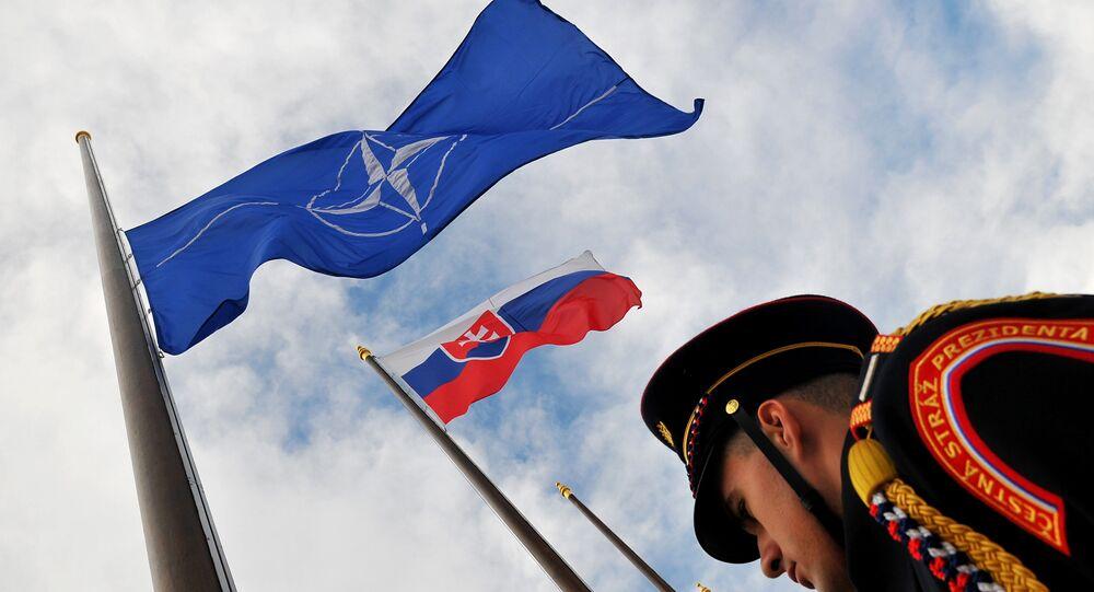 Bandeiras da Eslováquia e a OTAN