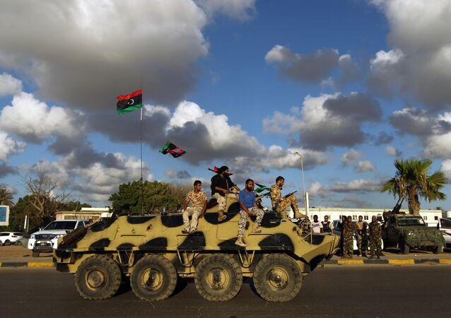 Soldados do exército líbio durante patrulha em Bengazi