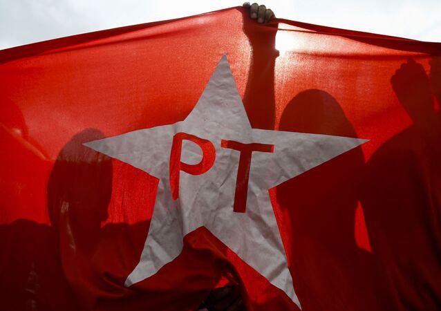 Bandeira do PT em manifestação de apoio ao partido, no último domingo (16), em São Paulo
