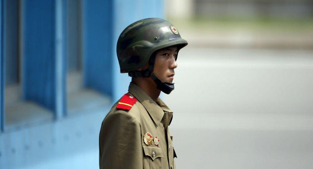 Soldado norte-coreano próximo à fronteira com a Coreia do Sul.