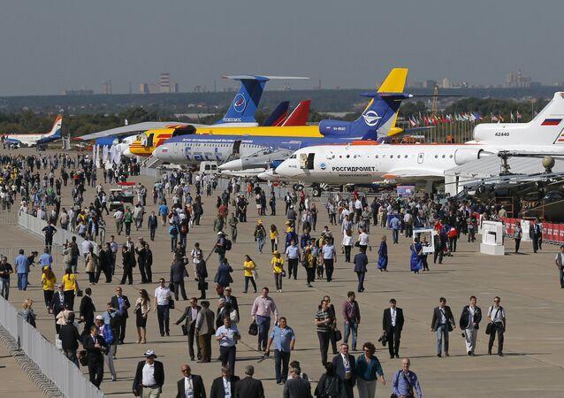 Visitantes do Salão Internacional de Aviação e Espaço MAKS 2015 passeiam entre os aviões e helicópteros