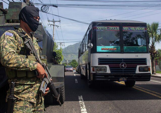 El Salvador, soldado em patrulha, 29 de julho de 2015