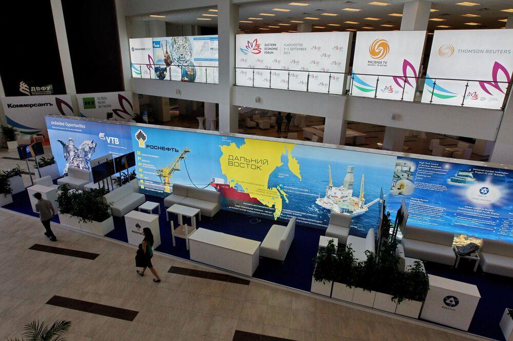 Preparativos para a cerimônia de abertura do Fórum Econômico do Oriente na cidade de Vladivostok