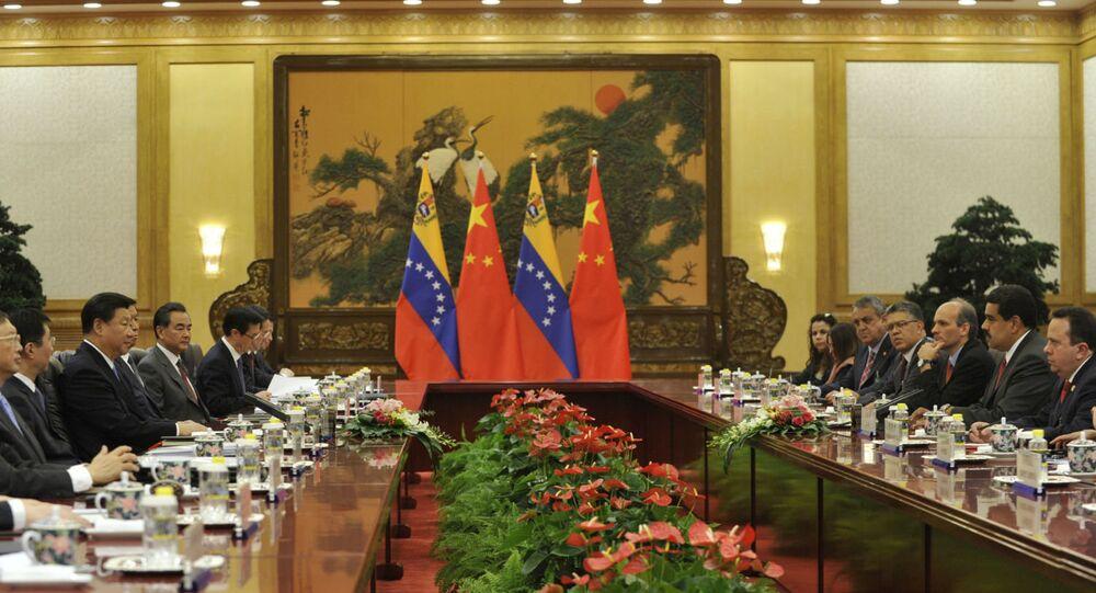 Autoridades de China e Venezuela se reúnem em Pequim.