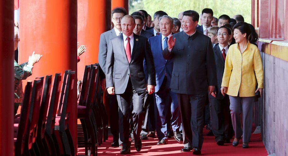 O presidente chinês Xi Jinping passeia acompanhado pelo presidente russo Vladimir Putin, presidente da Coreia do Sul Park Geun-hye e presidente do Cazaquistão Nursultan Nazarbayev na Porta de Tianamen, no dia da parada militar em homenagem aos 70 anos da vitória na Segunda Guerra Mundial, Pequim, China, 3 de setembro de 2015