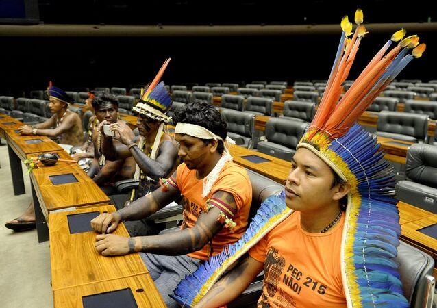 Indígenas aguardam início de sessão dedicada às etnias brasileiras no Congresso, em 16 de abril de 2015.