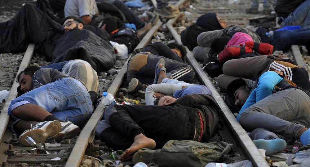 Refugiados e migrantes dormindo perto da fronteira entre a Grécia e a Macedônia, em 6 de setembro de 2015