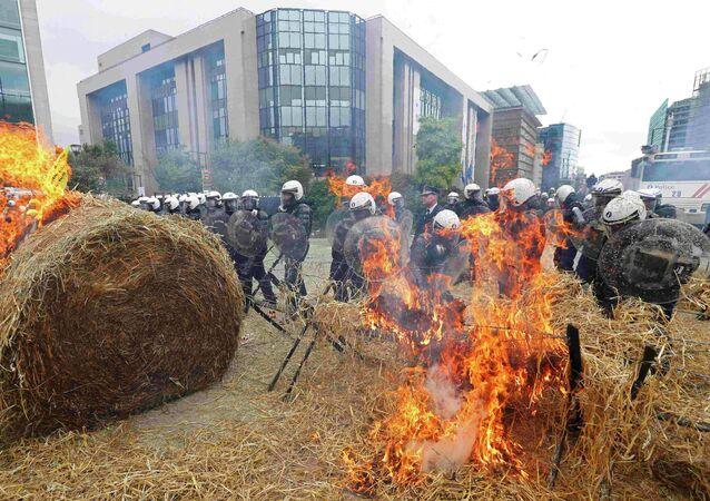 Policiais belgas durante os protestos dos produtores agrícolas na praça em frente do edifício do Conselho da União Europeia, Bruxelas, Bélgica, 7 de setembro de 2015