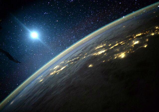 Terra com a Lua ao fundo, em foto registrada pelo astronauta Scott Kelly a bordo da EEI.