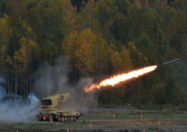 Sistema de lança-chamas pesado TOS 1A 'Solntsepek' durante o show realizado na cerimônia de abertura da exposição internacional de equipamento militar Russia Arms Expo