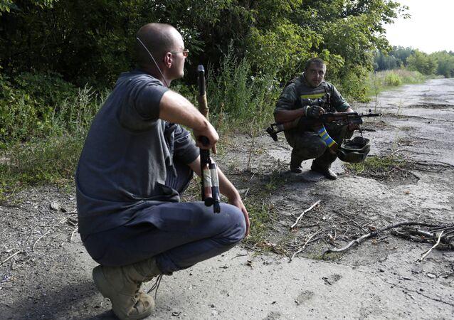 Soldados ucranianos realizam reconhecimento na linha de contato em Donbass