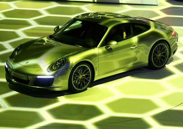 Carros Porsche 911 Carrera S e Mission E no Salão do Automóvel de Frankfurt de 2015