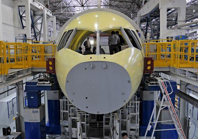 Montagem do avião MS-21 Irkut.