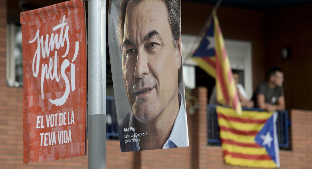 Cartaz com a foto de Artur Mas, presidente atual do governo regional da Catalunha e representante do grupo Junts pel Sí, em uma rua de Barcelona