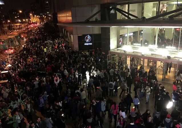 Pessoas são evacuadas de um Shopping Center em Santiago depois de um forte terremoto (arquivo)
