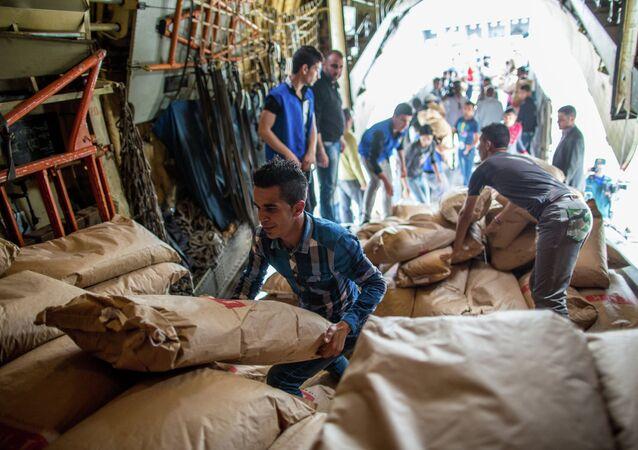 Descarregamento do avião russo EMERCOM com ajuda humanitária que chegou ao aeroporto de Latakia na Síria (foto de arquivo)