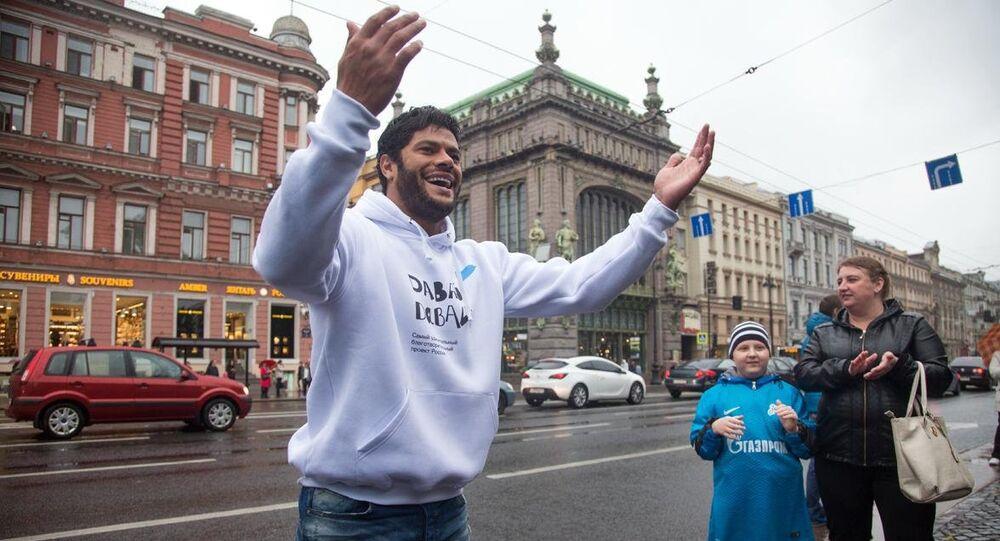 Hulk canta no Centro de São Petersburgo.