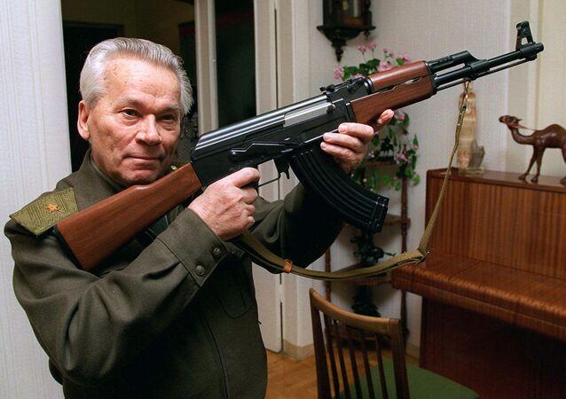 Mikhail Kalashnikov, criador dos rifles de assalto AK-47 que levam seu nome.