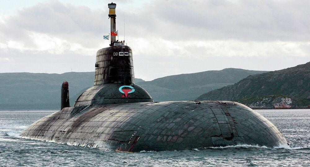 Um dos maiores submarinos nucleares russos construídos ainda na época da União Soviética é o Typhoon (Akula), que continua a ser o maior do mundo com cerca de 25.000 toneladas métricas (27.500 toneladas). Visto de frente no Mar de Barents, Ártico russo, nesta fotografia de setembro de 2001