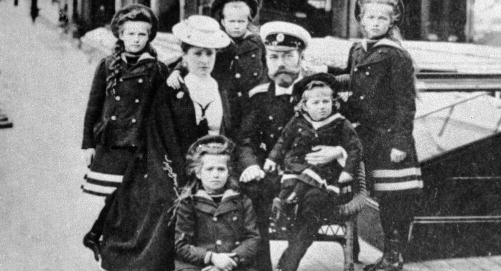 O czar Nicolau II com sua esposa, Alexandra, e seus cinco filhos