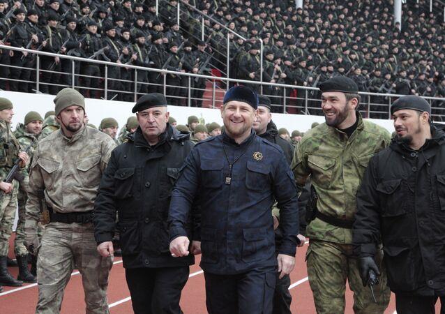 Líder da Chechênia Ramzan Kadyrov (centro) com os comandantes das Forças especiais