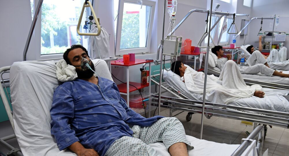 Um membro da MSF ferido durante ataque aéreo dos EUA no hospital em Kunduz recebe tratamento em Cabul, Afeganistão