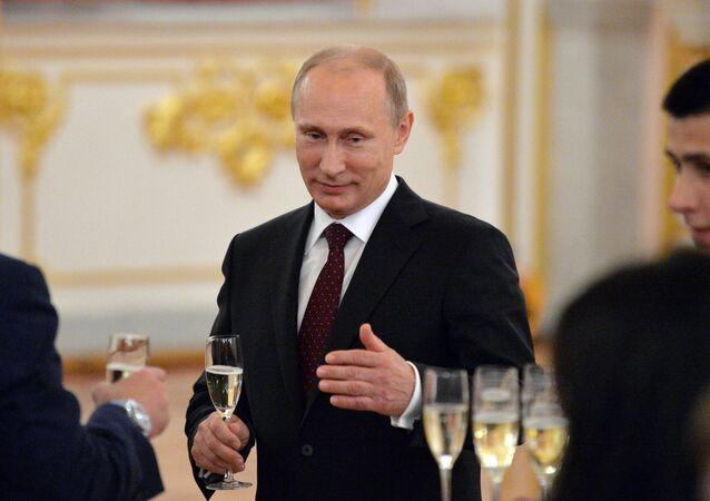 Presidente russo Vladimir Putin assiste à cerimónia de homenagem da equipa de hóquei russa, 27 de maio de 2014