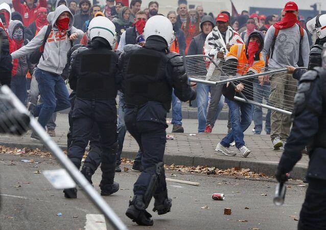 Manifestantes em confronto com a polícia em Bruxelas