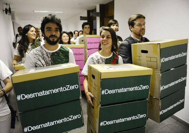 Artistas e representantes de movimentos sociais entregam as assinaturas de apoio ao projeto Desmatamento Zero no Congresso Nacional