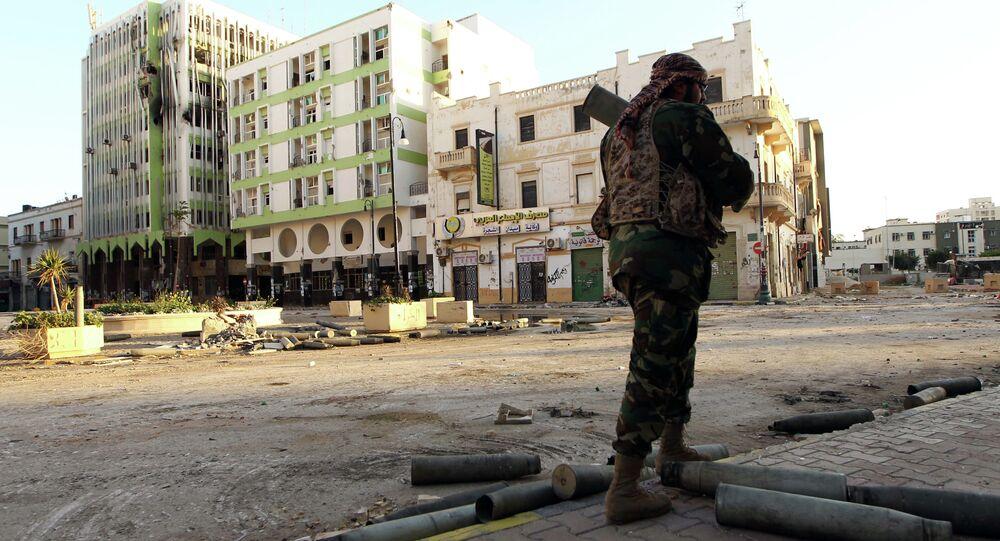 Soldado líbio leal ao governo internacionalmente reconhecido patrulha uma rua na cidade costeira de Bengazi em 28 de fevereiro de 2015