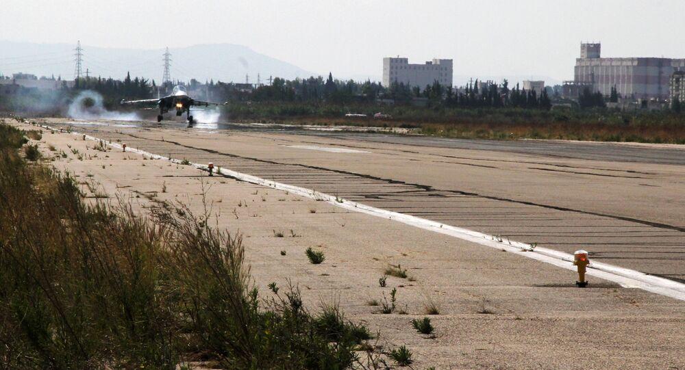 Caça russo Su-34 aterrissa na base aérea de Khmeimim na Síria.